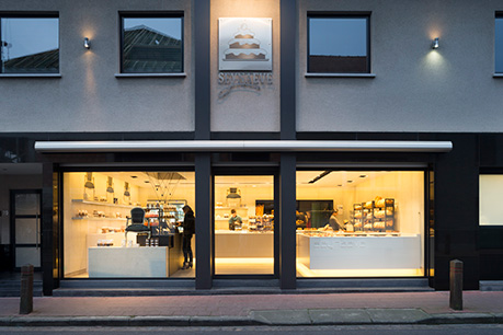 De vernieuwde gevel van de winkel in 2015
